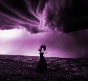 mujer y tormenta