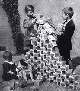 ninos-alemanes-juegan-con-billetes